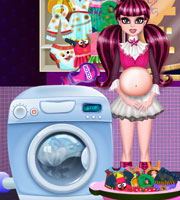 Pregnant Draculaura Washing Clothes